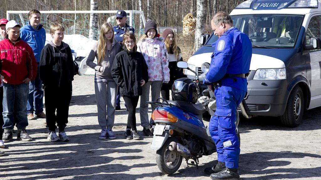 Moottoripyöräpoliisi Martti Väänänen liikkuvasta poliisista puhui mopoasioista pian mopoiässä oleville nuorille.